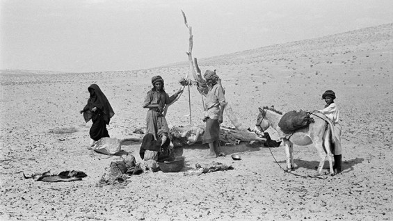 People at Tawi Harian Well, Ramlat al-Wahiba - Wilfred Thesiger, 1949