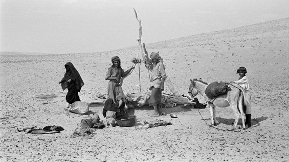 People at Tawi Harian Well, Ramlat al-Wahiba - Wilfred Thesiger, 1949
