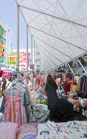 A market in the shadow of the Shenzhen pavillion