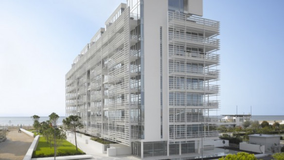 Richard Meier & Partners–Jesolo Lido Condominium, Jesolo, Italy | photo: Roland Halbe